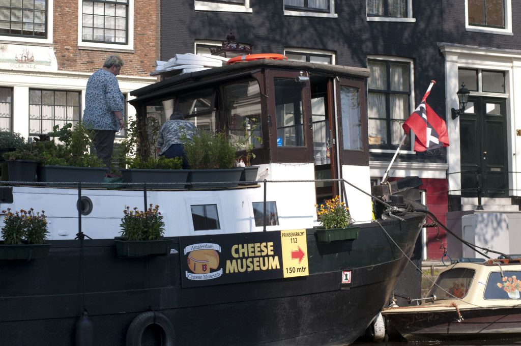 advertising on your houseboat helps pay rent